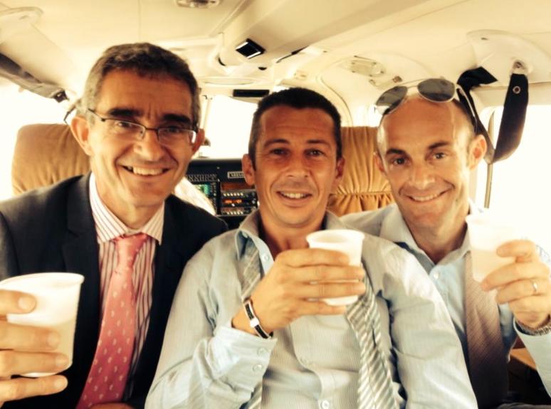 Philippe Sogorb au centre entouré d'Olivier Peslier et Thierry Delègue, courtier de Cheik Mohammed Bin Khalifa Al Thani sur le chemin du retour après la démonstration de Vorda. Santé! (Photo Facebook Philippe Sogorb)
