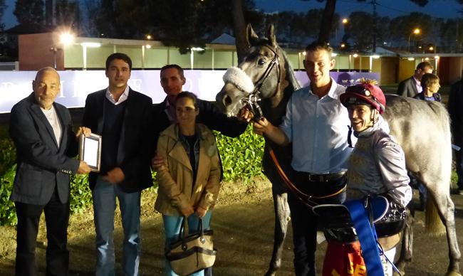 Nicolas de Watrigant représentant Al Shaqab Racing, Thomas Fourcy (à lz droite de Mister Ginoux) et Julien Augé reçoivent les trophées de la part d'Yves Plantin, Président de l'AFAC